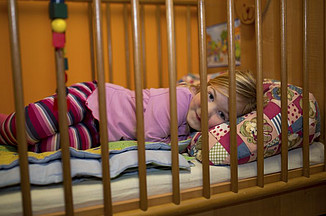 A crib and a couch are available for a nap or for supervision in the evening hours. Photo Karin Tilch