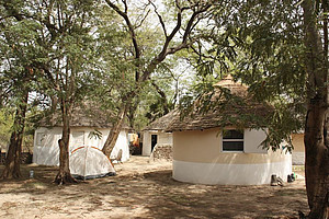 Huts in the fieldstation Simenti (Centre de Recherche de Primatologie Simenti) in Senegal. Image: Peter Maciej.