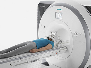A picture of a magnetic resonance imaging scanner from Siemens AG. During the examination, the test person lies in a cylindrical magnet that creates a strong homogeneous magnetic field. Image: Siemens AG