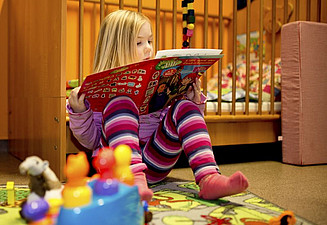 Even older children will find age-appropriate toys and books in the childcare room. Photo: Karin Tilch