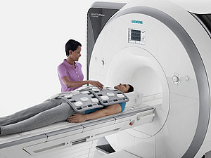The Siemens Prisma magnetic resonance scanner has a magnetic strength of up to 3 Tesla and the tunnel has a diameter of 60 centimeters. It is therefore suitable for larger primates and humans. Image: Siemens AG