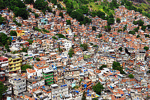 Favela Rocinha in Rio de Janeiro. Foto: chensiyuan, CC BY-SA 4.0-3.0-2.5-2.0-1.0 (http://creativecommons. org/licenses/by-sa/4.0-3.0-2.5-2.0-1.0)], via Wikimedia Commons