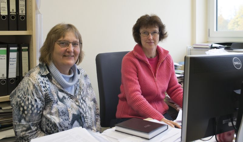 Dr. Ulrike Sauermann (left), scientist in the Unit of Infection Models, and Dr. Christiane Stahl-Hennig (right), head of the Unit of Infection Models. Photo: Karin Tilch